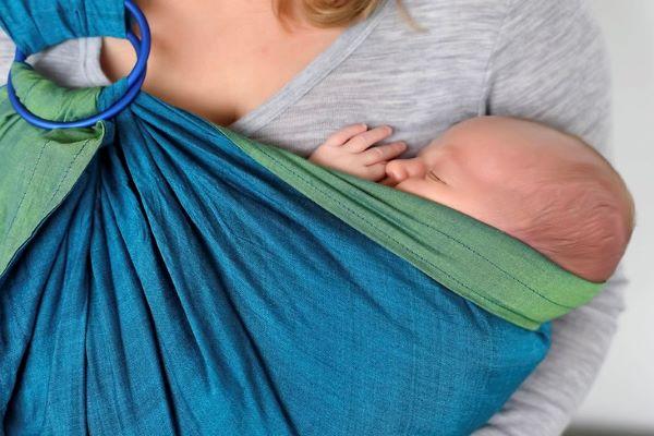 Portare in fascia, un regalo per mamma e bambino